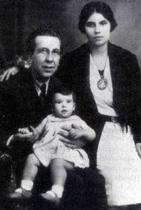 L'infant Comas i Solà amb els seus pares.