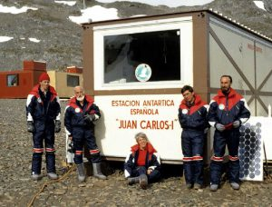"D'esquerra a dreta, Joan Comas, Antoni Ballester, Josefina Castellvi, Joan Rovira i Mario Manriquez a la Base Antàrtica Espanyola ""Juan Carlos I""."