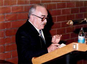 Ramón Parés en un acte a l'Aula Magna de la Facultat de Biologia. 1985.