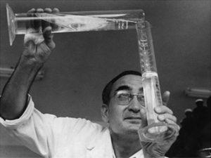 El Prof. Castells al laboratori (1958).