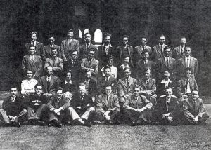 Grup de recerca del Prof. Jones a Manchester amb el Dr. Castells assegut a la primera fila, l'últim per la dreta (1954).