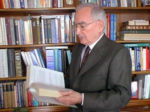 El Prof. Castells a la seva biblioteca (2010).