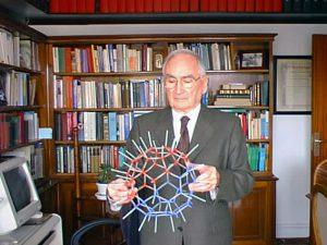 """El Prof. Castells a la seva biblioteca amb el """"Ful·leré"""" (2010)."""