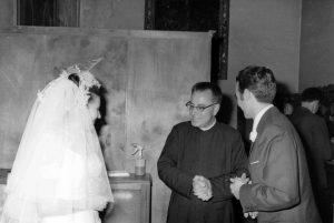 Mn. Lluís Via Boada, al centre, oficiant el casament de Josefina Español amb Jordi Ribes. Capella de la Universitat de Barcelona, 9 agost de 1969. Fotografia: Mercè Durfort