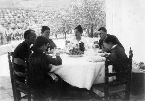 Comas i Solà de jove amb la seva familia a Picamoixons (Tarragona). Arxiu: Familia Petit.