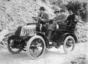 Comàs i Sola al volant del seu vehicle. Arxiu: Familia Petit.