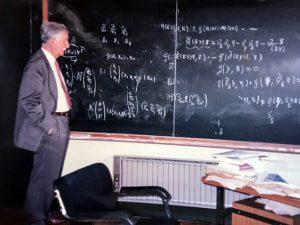 1998 J. Vaquer al seu despatx de la Universitat de Barcelona. Arxiu: Familia J. Vaquer.- M .Guilemany