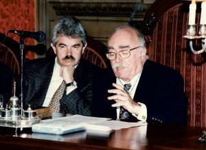 Ramon Parés, president de la RACAB i Pasqual Maragall, alcalde de Barcelona en un acte celebrat el 4 de novembre de 1996, en motiu de la inauguració de la restauració i il·luminat de la façana de l'edifici.