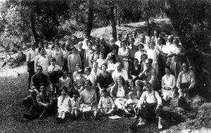 Àngel Sallent, amb la barba blanca, enmig d'un grup excursionista. Arxiu: Oriol Cardús.
